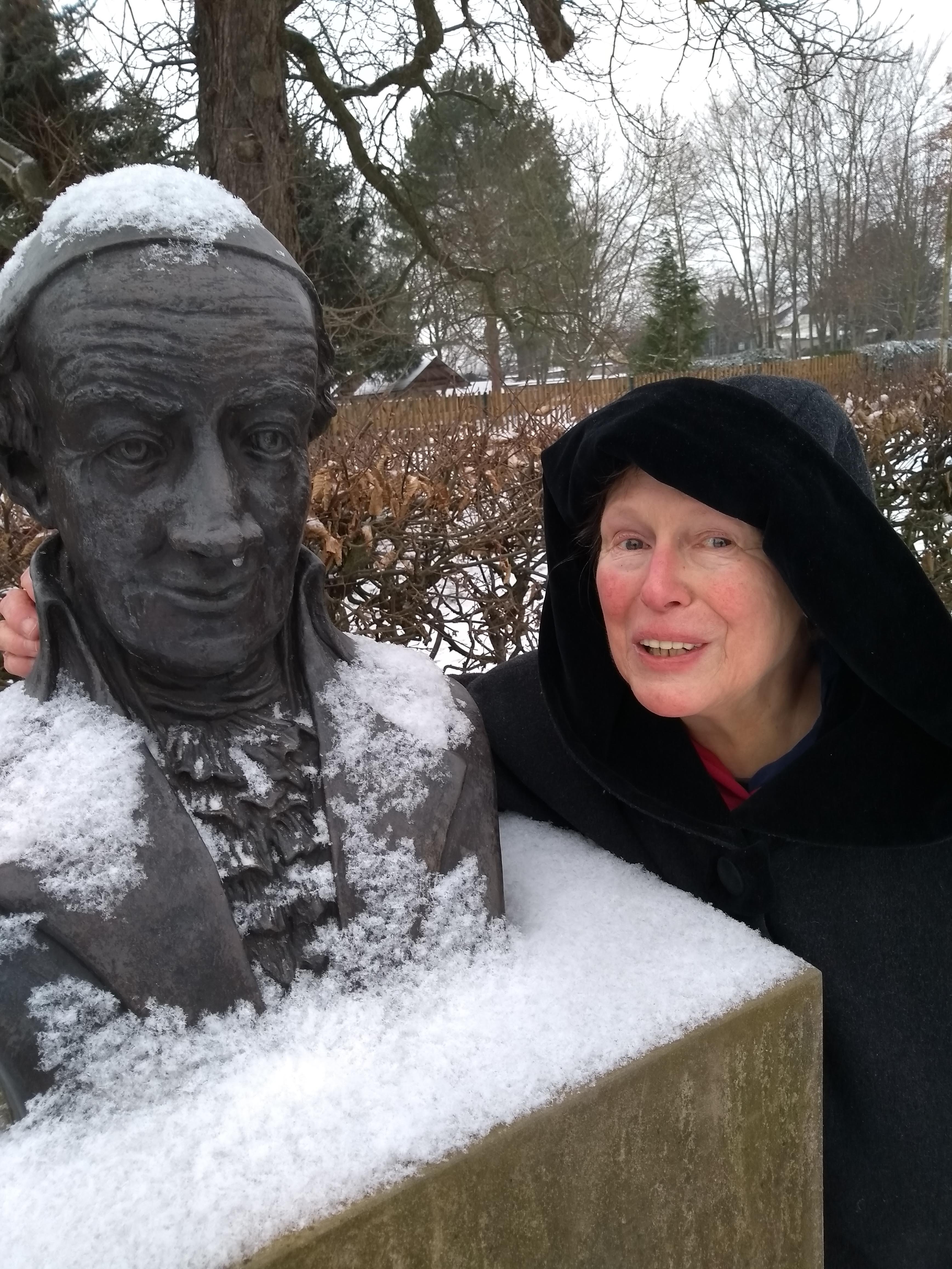 Brigitte Struzyk am Denkmal von Christoph Martin Wieland in Oßmannstedt bei Weimar